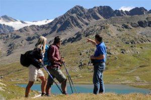 persone lungo un percorso di trekking