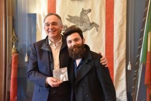 Francesco Guasti consegna il suo album al presidente Rossi_02-1.JPG